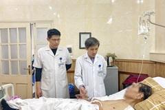 Một bác sĩ đông y bị ung thư phổi được thay khớp vai, khớp háng ở tuổi 83