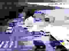 Sóng lớn cuốn phăng xe hơi đang đi trên đường ở Trung Quốc