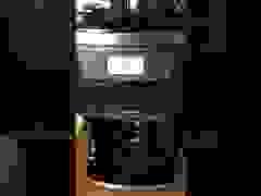 Máy pha cà phê mất kiểm soát: Tự đun nước, xay cà phê, hiện thông báo lạ