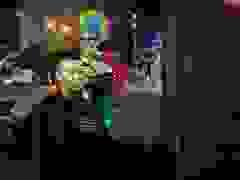 Chú hề cắt tóc cho người vô gia cư