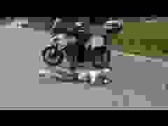 Tông vào moto bảo vệ, nhà vô địch xe đạp tai nạn kinh hoàng