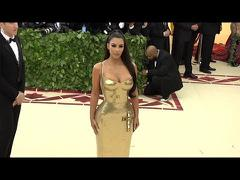 Kim Kardashian gợi cảm với váy vàng