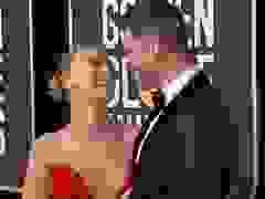 Scarlett Johansson tình tứ hôn chồng