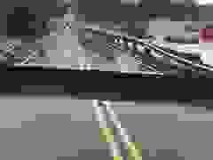Nước lũ xé đôi cây cầu ở Mỹ
