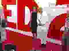 Bruce Willis đẹp đôi bên vợ trẻ