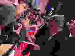 George Clooney ký tặng fans