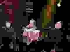 Binz xuống khán đài nắm tay Châu Bùi khi đang trình diễn