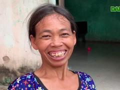 Bà Luân chia sẻ niềm vui được nhận quà bạn đọc báo Dân trí