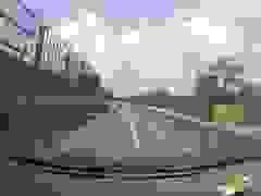 Chuyển làn không quan sát, xe tải hất văng xe con trên cao tốc
