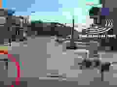 Người đàn ông đi xe máy bất ngờ lao vào đầu xe container chạy ngược chiều