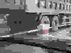Xe ben chở vật liệu xây dựng vừa đi vừa rải đất cát xuống đường
