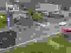 Khoảnh khắc xe ben vượt ẩu suýt gây tai nạn kinh hoàng cho xe khách