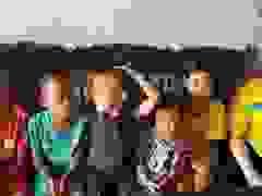Báo Dân trí trao gần 110 triệu đồng cho gia đình chị Tuấn.