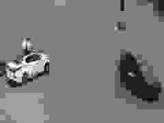Hai người đàn ông ngồi trên nóc ô tô phóng như bay để hóng gió