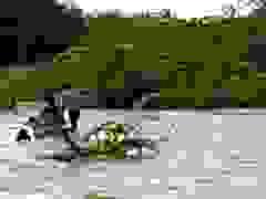 Thoát chết trong gang tấc khi xe ô tô bị nước lũ cuốn trôi