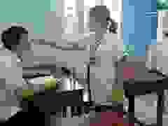 Học sinh Thừa Thiên Huế được đo thân nhiệt kỹ càng trước khi vào thi