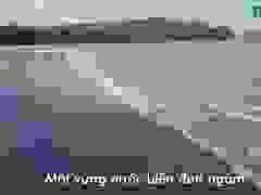Nước từ khe Hóc đổ ra bãi biển Đông Hồi