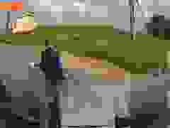Sai đủ đường, thanh niên đi xe máy còn dằn mặt xe tải