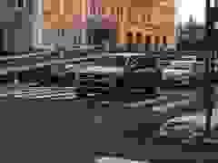 Tài xế lĩnh bài học nhớ đời vì dừng xe chiếm chỗ của người đi bộ sang đường