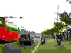 Xe bồn ủn bay xe máy đang dừng chờ đèn đỏ, 3 người suýt mất mạng