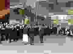 Nhân viên phủ thủ tướng Nhật Bản vỗ tay không ngớt từ biệt ông Abe