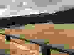 Nước lũ dang cao trên sông A Vương qua thị trấn Prao, huyện Đông Giang