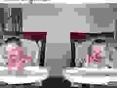 Phản ứng siêu đáng yêu của cặp sinh đôi khi nghe tiếng đàn của cha