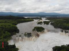 Cảnh tượng hiếm gặp: Thác nước 3 mặt chảy cuồn cuộn