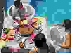 Mặc bikini ăn lẩu giữa bể bơi