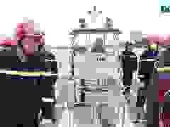 Người lính gần 30 năm lái tàu chữa cháy trên sông.