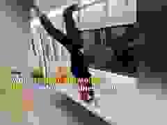 Trổ tài móc chân lên cao trong tàu hỏa rồi bị mắc kẹt, cô gái đành kêu cứu