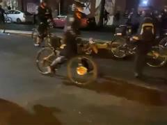 Video cảnh sát Mỹ cán xe đạp qua đầu người biểu tình