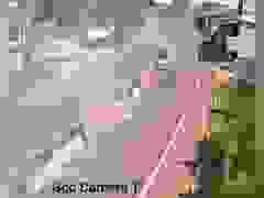 Hình ảnh xe tải chở ống cống ủi nát dải phân cách