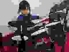 Ngỡ ngàng với màn chơi trống điêu luyện của cậu bé 2 tuổi rưỡi