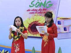 Chị Phùng Trang Nhung dành tặng phần thưởng cho các bệnh nhân ung thư