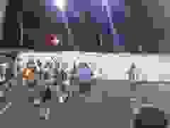 Đội nhà thất bại, CĐV quá khích cầm súng vào sân dọa xử đối thủ