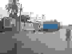 Khoảnh khắc xe container mất lái vì phanh gấp để tránh xe máy cắt mặt