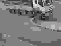 Xe tải bất ngờ lao thẳng lên vỉa hè rồi tông ngã cột điện