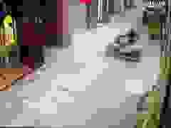 Người phụ nữ đi xe máy và tình huống xử lý hết sức khó hiểu