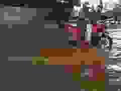 Triều cường vượt đỉnh, dân Sài Gòn lội nước về nhà