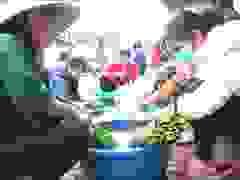 Người dân Nghệ An gói bánh chưng cứu trợ đồng bào vùng lũ