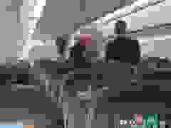 """Nữ hành khách vừa được đưa ra khỏi máy bay vừa la hét """"ai mà chả chết"""""""