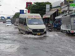 """Con đường biến thành """"sông"""" sau một đêm mưa ở Sài Gòn"""