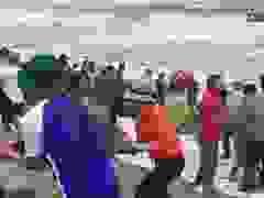 Hàng trăm người dân gia cố cứu kè biển