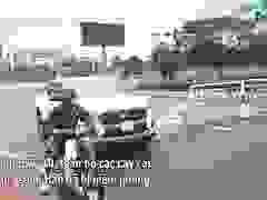 Đà Nẵng: Người dân phá rào vượt cầu Rồng trong cơn bão tố