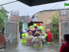 Công an, bộ đội đi xuồng đến từng nhà cứu dân