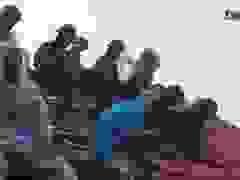Bộ đội lợp hàng chục ngôi nhà giúp dân dưới cơn mưa xối xả