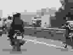 Ngán ngẩm đoàn học sinh đầu trần chạy xe máy dàn hàng trên cao tốc