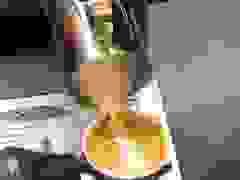 Ngỡ ngàng với kỹ năng pha chế café của robot