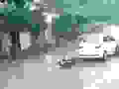 Cô gái gây tai nạn vì vừa cầm dù vừa đi xe máy